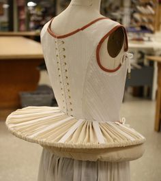 french farthingale was also known as the wheel or drum. It was made from steel or cane spokes which fastened the topmost hoop to a waistband. All hoops were in same diameter for better support. Historical Costume, Historical Clothing, Renaissance Espagnole, Corsets, Elizabethan Fashion, Elizabethan Costume, 16th Century Fashion, Vintage Outfits, Vintage Fashion