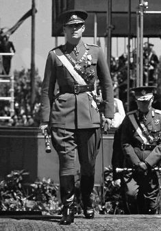 Mareşalul Ion Antonescu: Parada Armatei Române cu ocazia zilei Regelui - Bu...