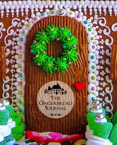 gingerbread house for Christmas, look at the mouse! lots of tutorials on the… Cool Gingerbread Houses, Gingerbread House Designs, Gingerbread House Parties, Gingerbread Village, Gingerbread Decorations, Christmas Gingerbread House, Christmas Love, Christmas Treats, Christmas Baking
