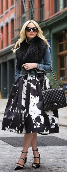 That skirt! <3 #Chanel #Skirt #SuperTrend #Fashion #Street #Style #Gorgeous #Classy #Edgy