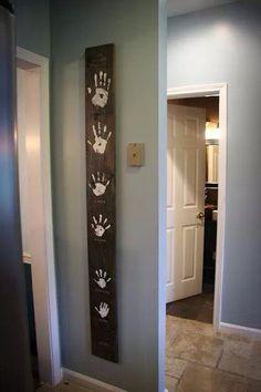 Traces de mains des membres du foyer sur une jolie planche en bois