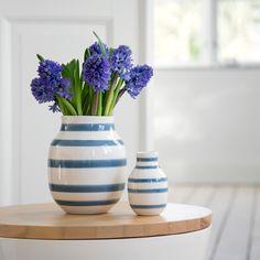 Kähler Desingnin raidallinen Omaggio-vaasi sopii jokaiseen kotiin. Suosittua vaasia on saatavissa useassa eri värissä sekä eri koossa.