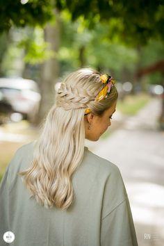 Dwa warkocze połączone ze sobą z wplecioną kolorową chustką to fryzura bardzo subtelna. Spróbuj wykonać ją samodzielnie!