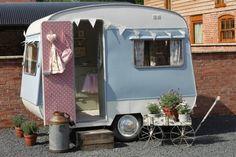Une micro caravane en guise de cabane au fond du jardin... Il faudrait veiller à ménager l'espace pour l'y installer (et le passage du portail), mais pourquoi pas ? Un vrai parti pris pour transformer le jardin.
