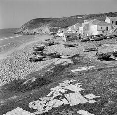 A praia da Salema continua a não ser uma das mais concorridas do Algarve mas nesta altura era bem mais inóspita.      Artur Pastor