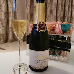 """Finally popped this beaut on my friends 40th birthday... Another virtual party. I don't think I wanna get used to virtual celebrations, but I must say, it's better than not celebrating at all.  I'm definitely stocking up on this bubbly, she's getting 🌟🌟🌟🌟 from me. I'm kicking myself for only getting one. """"A clean flintiness on the palate with delicate yeasty tones, layers of lemon, citrus, brioche, crisp green apple and a well integrated mousse"""" 🍾 @plaisirdemerlewineestate… 40th Birthday Quotes, 50th Birthday Gag Gifts, Happy Birthday Sister, Happy Birthday Images, Happy Birthday Greetings, Birthday Wishes, Celebrations, Alcoholic Drinks, Champagne"""