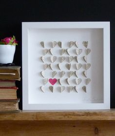 Cuadro de corazones con papel de diario