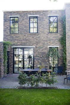 Feng Shui Colors and Modern Design The North Water, Grey Windows, Feng Shui Colours, Garden Design, House Design, Front Entrances, Apartment Design, Future House, Home Remodeling