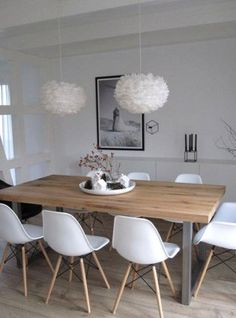 Ideas Original to decorate your table this season chaises en plastique blanc, table en bois clair, lustre boule blanc, sol en parquet clair Ideas Original to decorate your table this season Sweet Home, Eames Chairs, Room Chairs, Chairs For Dining Table, Dining Furniture, Furniture Ideas, Dinning Table Centerpiece, Modern Dinning Table, Wooden Dining Table Modern