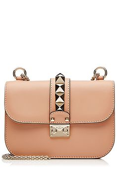 """Wir lieben die legendäre Schultertasche """"Lock"""" von Valentino in nudefarbenem Leder - zeitlos, feminin und chic! #Stylebop"""