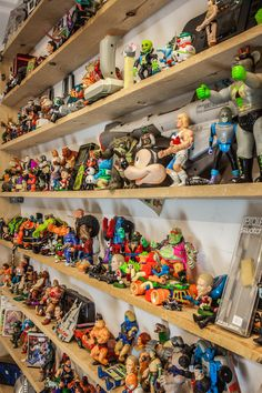 """Velkommen til Ruben og Bobby.  Vores åbningstider er Man-Fre 10-17 og Lør 11-16  """"Ruben og Bobby"""" er en frisør, retro spil og legetøjsbutik samt arkadehal på Bjelkes alle 7, på Nørrebro.  Husk vi både køber, bytter og sælger 80-90er spil, konsoller og legetøj!  Mere Info: www.rubenogbobby.dk og www.facebook.com/rubenogbobby Transformers, Facebook, Retro, Antiques, Antiquities, Antique, Rustic, Mid Century"""