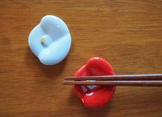 椿ペア箸置き(紅白) - 和こもの・和雑貨・ギフトの通販サイト   椿や(つばきや)