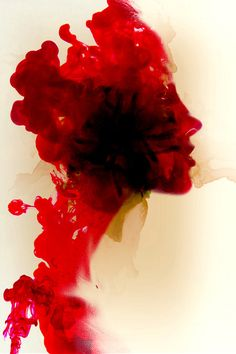 Mulher de coloração vermelha.