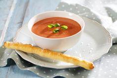 Det er veldig enkelt å lage tomatsuppe fra bunnen av. I denne suppen har vi brukt Crème Fraîche , som gir en frisk og syrlig smak.