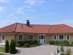 Aarhus Schwedenhaus • Holzhaus von Fjorborg Häuser • Individuell gestaltbares Blockhaus mit gewinkeltem Baukörper und Walmdach.