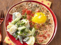 Sieht lecker aus, oder? Tomaten-Eier mit Kartoffelsalat - 1 Erw. und 1 Kind (1–6 Jahre) - smarter - Kalorien: 499 Kcal - Zeit: 35 Min. | eatsmarter.de