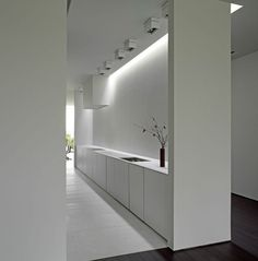 All-white kitchen with clean and pure lines _ by Belgian architects Minus _ <3