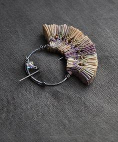 ¿C orona, tocado...o tiara? ¿Collar? Con materiales perecederos, sin metalurgia…