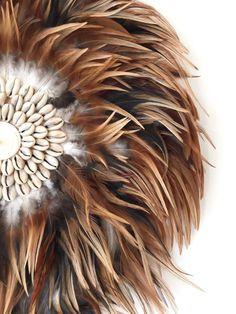 On adore les belles plumes brunes et mordorées pleines de nuances du Juju Hat brun coquillages de Hete Hete Juju Hat, Deco Boheme, How To Make Wreaths, Cool Diy, Decoration, Artificial Flowers, Boho Decor, Sculptures, Projects To Try