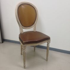 """Chaise médaillon Louis XVI - Pour extérieur-  Tendue de feuille """"Plasticana """" (composée de plastique recyclable et chanvre)."""