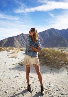 Jeansjacke kombinieren: Boho-Look mit Fransenkleid und Boots