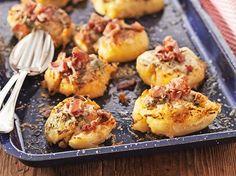 Krossade potatis med vitlökssmör och bacon