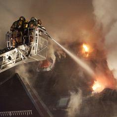 I vigili del fuoco spengono un incendio in un albergo nel quartiere Rossendorf a #Dresda