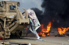 Un cartel arrancado del depuesto presidente egipcio, Mohamed Mursi, es fotografiado mientras el Ejército despeja la Plaza Rabaa Adawiya, don...
