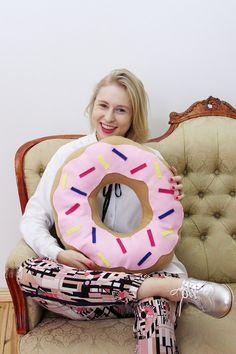 Donut Kissen sind etwas ganz besonderes. Hier erfährst du, wie du dein eigenes Donut Kissen mit und ohne Nähmaschine selber machst!