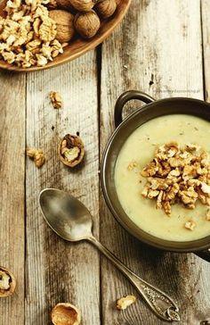 Zupa z selera, pora i ziemniaków. Jej siła tkwi w prostocie. Doprawiona jest jedynie solą i tymiankiem, a cały smak zawdzięcza warz...
