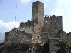 Castel d'Appiano, Trentino Alto Adige.  Per alcuni la fortezza medievale risalirebbe al 1125, costruita per volere del conte Ulrico II di Appiano come castello di offensiva; altri invece ritengono più verosimile una data di fondazione posteriore.