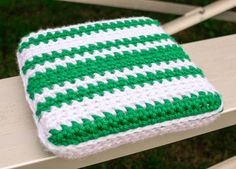 Stadium Seat Cushion Crochet Pattern - Show your team spirit while keeping comfortable and cozy with this free stadium seat cushion crochet pattern!