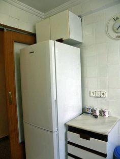 Cocina, la nevera combi es nueva y de alta capacidad.