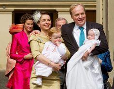 Princesa  Annemarie, Príncipe Carlos, con sus hijas las princesas Luisa y Licencia de Parma, saliendo de la Catedral de Piacenza, en Italia, después del bautismo de la pequeña Cecilia