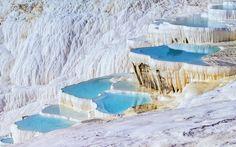 As piscinas naturais de Pamukkale formam um cenário tão surreal que impressiona os turistas que visitam essa região da Turquia.