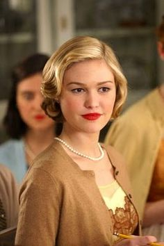 Julia Stiles wears her hair in a style from the 50's in Mona Lisa Smile