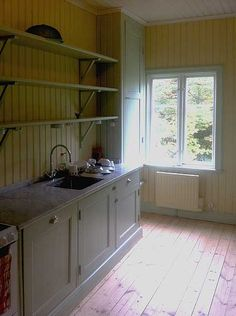 Jugendvilla i skärgården 1930s Kitchen, Victorian Kitchen, Old Kitchen, Kitchen Redo, Country Kitchen, Kitchen Remodel, Swedish Kitchen, Swedish House, Cabin Interiors