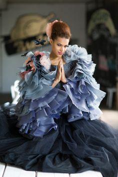 Schwarz blaues Brautkleid von ANNE WOLF, Berlin! Wir sind verzückt!  https://www.marryjim.com/de/Anne-Wolf/Designer-Brautkleider/id640  #schmetterlinge #blau #schwarzebrautkleider #couture