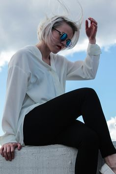 White shirt and round sun glasses Bell Sleeves, Bell Sleeve Top, Personal Style, Sunglasses, My Style, Shirts, Tops, Women, Fashion