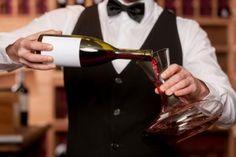 Wann dekantiert oder karaffiert man einen Wein? Die Vorgänge ähneln sich zwar, verfolgen aber unterschiedliche Ergebnisse. Eine Anleitung...  http://www.weinbilly.de/weinwissen/dekantieren-karaffieren