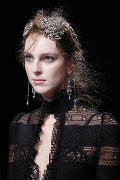 Alexander McQueen Autumn Winter 2016-17 Source: http://www.vogue.co.uk/fashion/autumn-winter-2016/ready-to-wear/alexander-mcqueen/close-up-photos/gallery/1580485