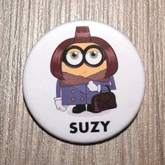 Chapa de Suzy Menkes en forma de Minion. por SuplementoDeModa