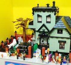 Love this Lego Halloween House idea! Lego Haunted House, Halloween Haunted Houses, Lego House, Halloween House, Halloween Village, Lego Christmas Village, Lego Halloween, Halloween Stuff, Halloween Ideas