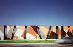 Trespa is a premier developer of high quality HPL panels for exterior cladding, decorative façades and scientific surface solutions. Building Facade, Building Exterior, Exterior Paint, Building Design, Exterior Windows, Ranch Exterior, Exterior Siding, Architecture Résidentielle, Industrial Architecture