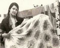 Historic photograph of a woman holding a Flower Garden quilt In upcoming book by Janet E. late 2012 Collection of Janet E. Bee Pictures, Quilt Pictures, Old Quilts, Antique Quilts, Women In History, Art History, Vintage Photographs, Vintage Photos, Vintage Quilts Patterns