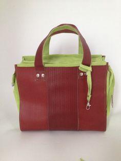Tas, gemaakt van gebruikte brandslang, in combinatie met limoengroen geschuurd leer.