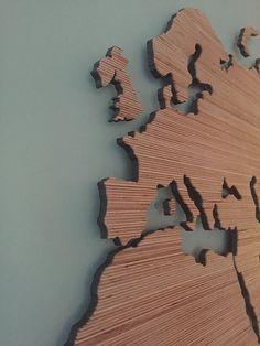 Prijs +/- € 590,00.... Geen saai schilderij meer aan de muur maar een houten wereldkaart voor de echte wereldman. Een uniek stuk kunst aan je muur. E
