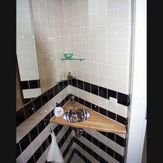 Toilet met 10x10 tegels horizontale lijnen maakt ruimtelijk