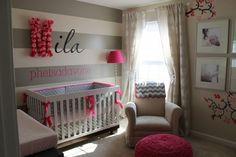 papier peint gris à rayures blanches et accents roses dans la chambre bébé