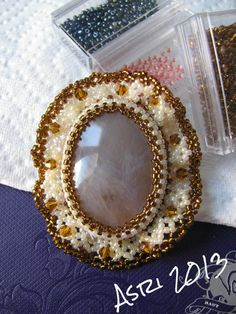 Brown cabochon with white and brown ruffle